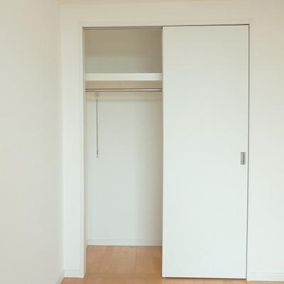 収納のドアはスライド式。