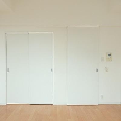 真っ白な壁とフローリングの色が良い感じ