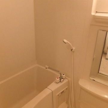 お風呂は普通です。棚があるのがうれしいですね!