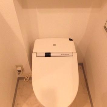 ウォシュレット付き、スマートなトイレです。