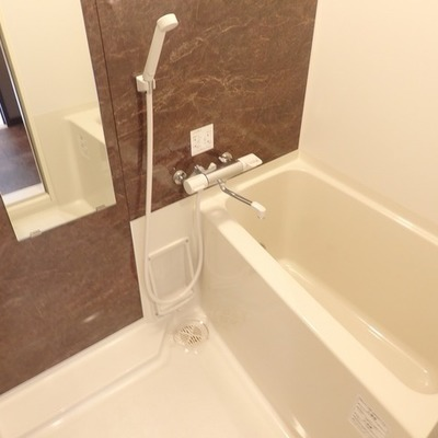 お風呂はブラウンのクロスが素敵!