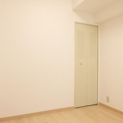 こちらはベッドルーム(3帖・・・狭い・・・)