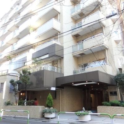 大きなマンション!1階にはテナントが入っています。