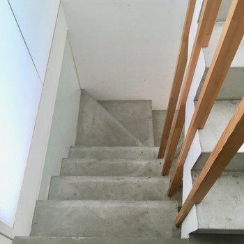 お部屋までは階段です。左の壁がスケルトン。