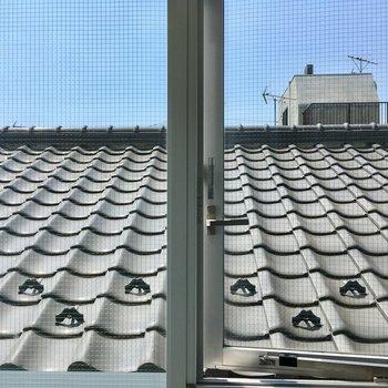 トイレ横の眺望は屋根。