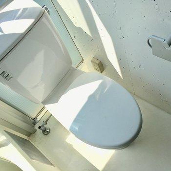 トイレは窓際に。角にコンセントありました。