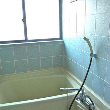 シンプルなタイル貼りの浴室