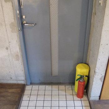 玄関、シューズボックスはありません。