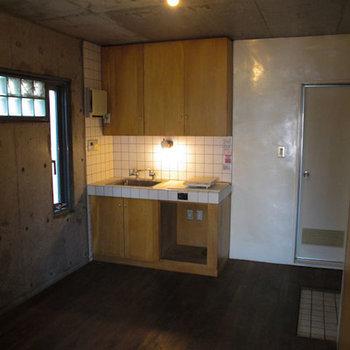 キッチンの下段に空いた空間に、昔は冷蔵庫がありました。