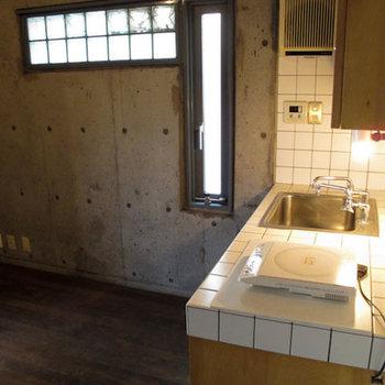 キッチン脇の採光用ガラスブロック、2つヒビが入っています。