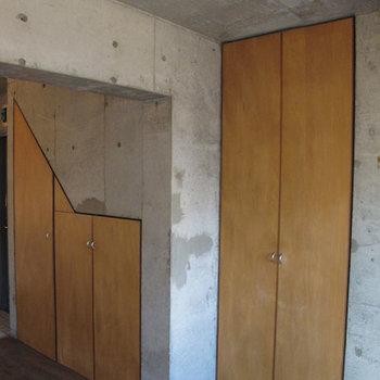 面白い形の収納、扉の色はオレンジブラウン。