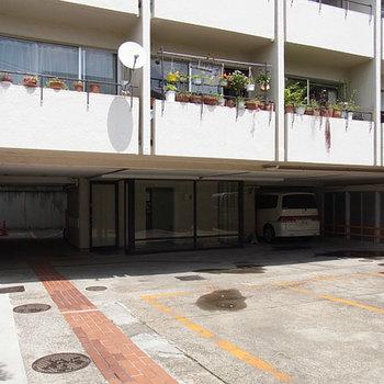 1階部分が駐車場、裏に駐輪場です