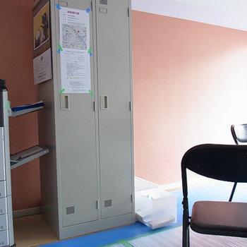 現状は仮事務所。アクセントクロスは濃いピンク