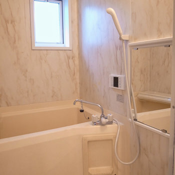 お風呂の壁は、大理石調プリント。