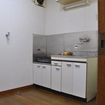キッチン、その横に洗濯機置き場。
