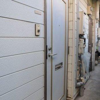 玄関ドア。通路は少し狭いかも。