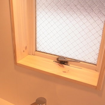 木枠の小窓。グリーンを飾っても良いですね。