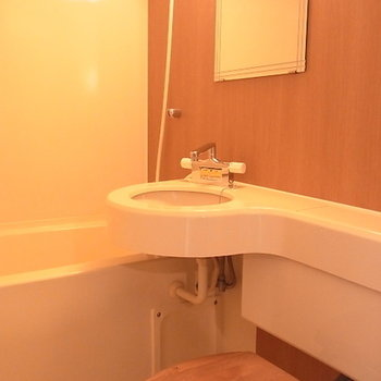 普通の3点ユニットより、ちょっと広めのバスルーム。