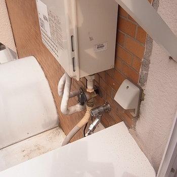 洗濯機外置き。バルコニー脇の水栓に給水ホースを接続します。
