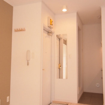 玄関まわり、縦に配置された四角形の鏡がポイント。