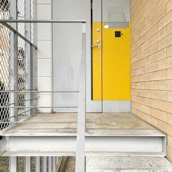 階段で2階まで起こしくださいね。玄関前は専有スペースです。