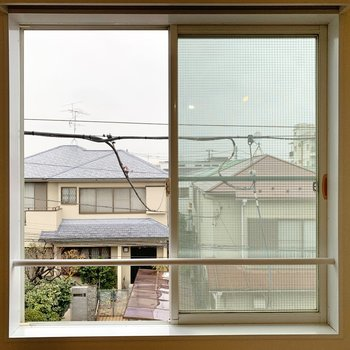 【洋室9帖】こちらは北側の眺望。住宅街です。