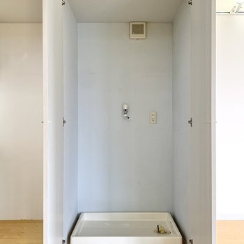 【LDK19帖】手前の扉をひらくと洗濯機置き場がありました。バルコニーが近いのでこの位置なのかな。