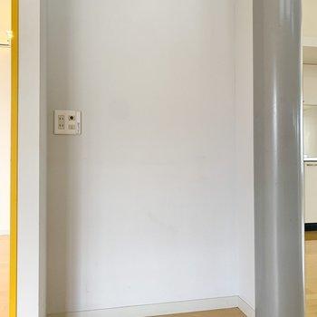 【洋室9帖】収納の横側にはWiFiのルーターが置いておけそうなスペースがありました。