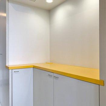 シューズボックスは台の部分に黄色が配色されています。