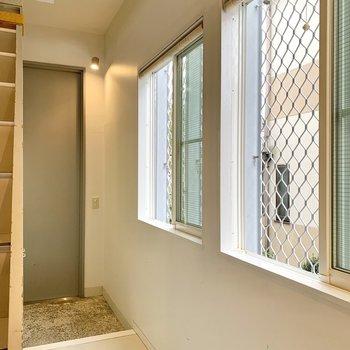 玄関スペースは2つの窓で明るい空間に。