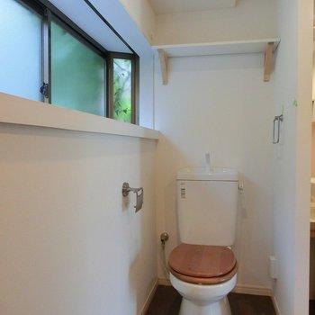 トイレも木製便座♪しかも窓付き!!※前回募集時の写真です