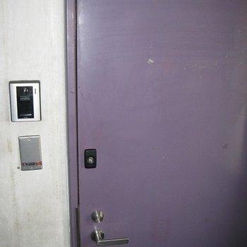重たそうな紫のドアです!