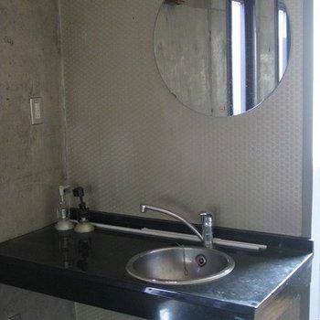 独立洗面台もかっこいい!丸い鏡もオシャレ