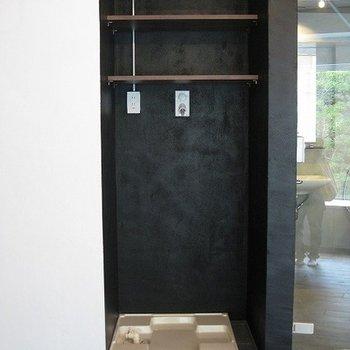 洗濯機置き場の壁は黒の塗装!