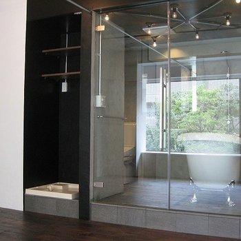 ガラス張りのお風呂が特徴的