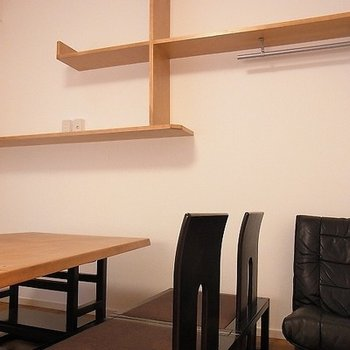 違い棚と机椅子
