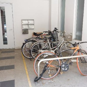 自転車置場。ちょっと荒れてる?