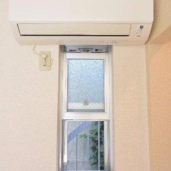 玄関脇の小窓を開けたらお隣が見えます…
