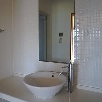 真っ白な洗面台。タイルピカピカです。※写真は301号室