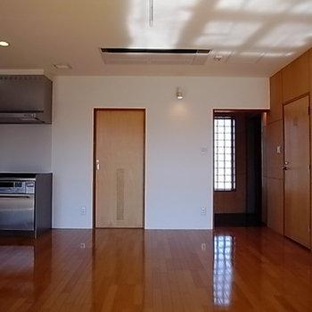 天井に、大きめのエアコンがビルドイン。※写真は301号室