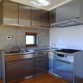 使いやすそうなシステムキッチンは3口ガスコンロ。※写真は301号室