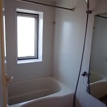 お風呂もシンプルに。窓付きが嬉しいですね。※写真は301号室