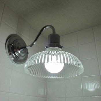 洗面台上のランプもこんなに可愛らしい