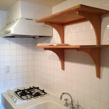 木製の棚も白いキッチンと相性ピッタリ!