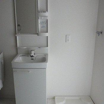 独立洗面台と洗濯機置き場もあります