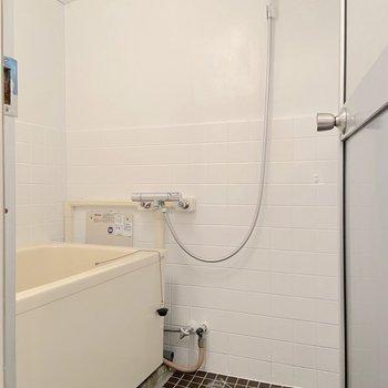 深めの浴槽が設置されています。