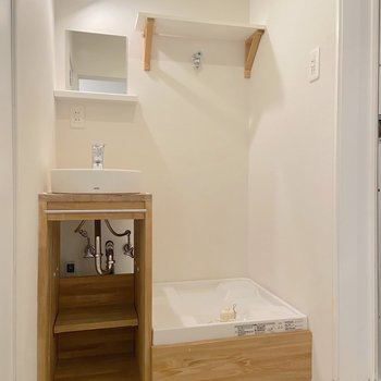 洗面台と洗濯機置き場はコンパクトにまとまっていました。