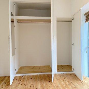 【洋室】収納は大きめのものが備わっていました。