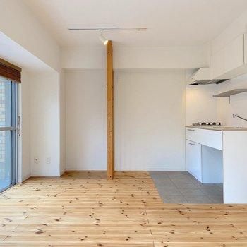 【LDK】キッチンスペースはタイル張りになっています。