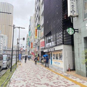 駅前には飲食店を中心に多くのお店がありますよ。